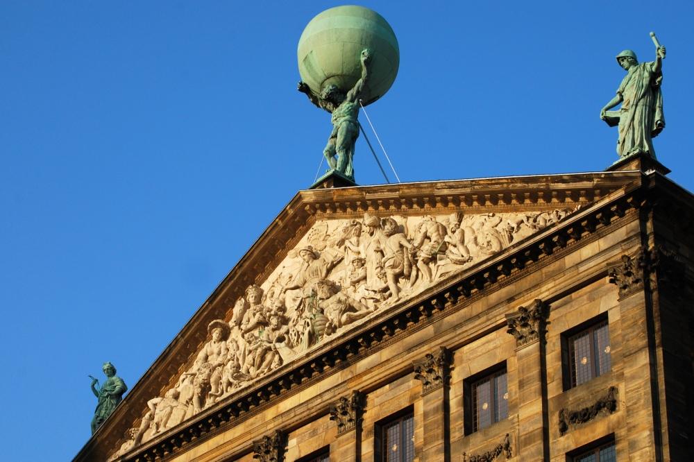 Detalle del tímpano de una de las fachadas del Palacio Real
